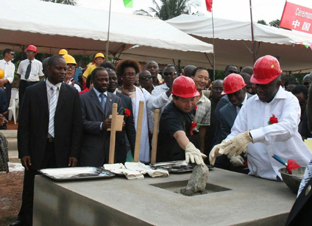 Cote d'Ivoire President Laurent Gbagbo (1st R) and Chinese Ambassador to Cote d'Ivoire Wei Wenhua (3rd R, in red helmet) attend the groundbreaking ceremony of a hospital donated by the Chinese government in Gagnoa, Cote d'Ivoire, on April 4, 2009. (Xinhua/Guo Lichuan)