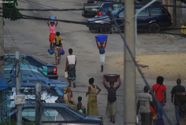 deux ans après les promesses fumeuses de Dramane, les Ivoiriens sont à l'heure des bougies et des voyages vers les puits