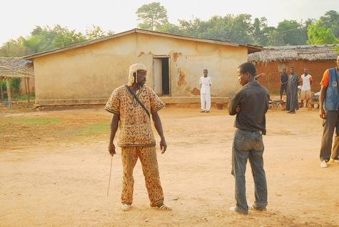un dozo de l'armée tribale de Dramane menace un Guéré dans le village de Baheb près de Duékoué