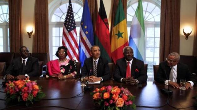 Le président Obama a reçu à Washington quatre dirigeants africains: (de gauche à droite) Macky Sall du Sénégal, Joyce Banda du Malawi, Barack Obama, Ernest Bai Koroma de Sierra Leone, et le Premier ministre du Cap Vert Jose Maria Pereira Neves. REUTERS/Yu