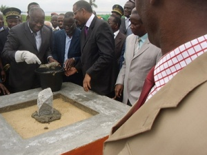 Gbagbo pose la 1ère pierre du pont de Jacqueville, le 8 juillet 2009, en présence de Patrick Achi et du maire de Jacqueville, Eugène Avi Adroh