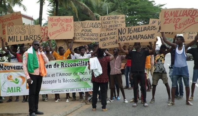 """manifestations de """"lékès"""" organisées par le RDR devant la résidence de Banny"""