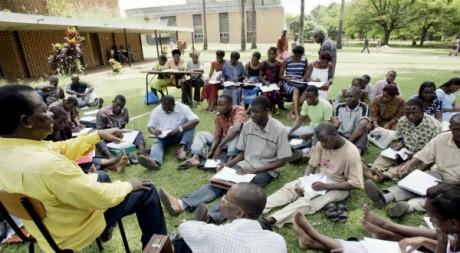 Université de Cocody: les cours se prennent à même le sol