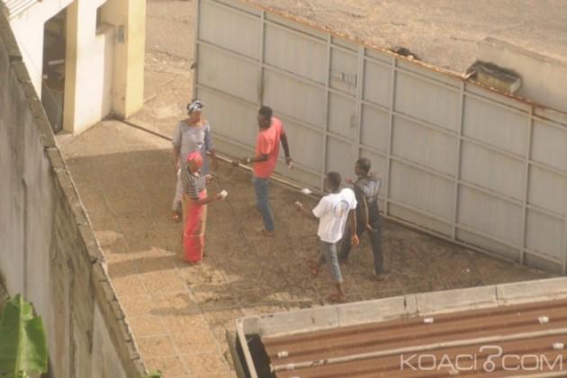 Électeurs allant chercher leur argent derrière un bureau de vote dimanche à Abidjan (Photo, KOACI)